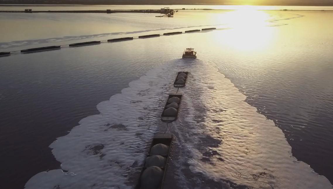 C:\Users\ANA\Documents\00- ARTESANÍA de sal de Torrevieja\00-PROCESO  elaboracion  de la artesanía en sal\articulo sobre el CUAJE\baja resolución\tren de barcazas.JPG